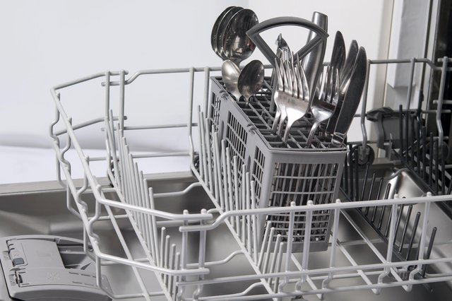 NO CANDLES: The correct way to stack cutlery in a dishwasher..!