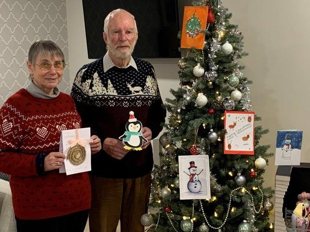 Margaret et Graham Spooner de Shilling Place avec quelques unes des cartes des élèves de Purbrook Park