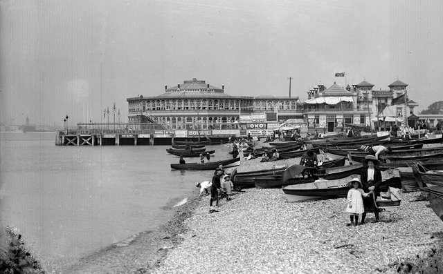 circa 1900:  Holidaymakers and boats on the beach at Southsea, Portsmouth.  (Photo by Edgar Ward/General Photographic Agency/Getty Images)