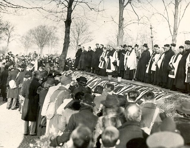 The mass funeral at Kingston Cemetery, Portsmouth, for those who died during the air raid on the night of January 10/11, 1941.