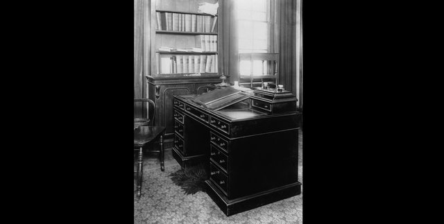 The writing desk used by English novelist Charles Dickens (1812 - 1870) at his home at Gad's Hill Place in Kent, circa 1900. (Photo by Hulton Archive/Getty Images)