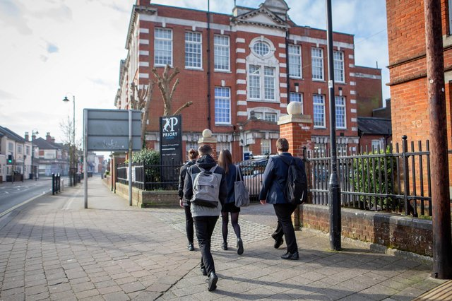 Pictured:  Pupils returning to schools in Portsmouth after lockdown.  Picture:  Habibur Rahman