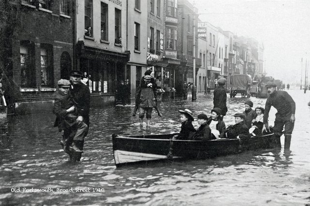 Flooding in Broad Street, Old Portsmouth, in 1910.