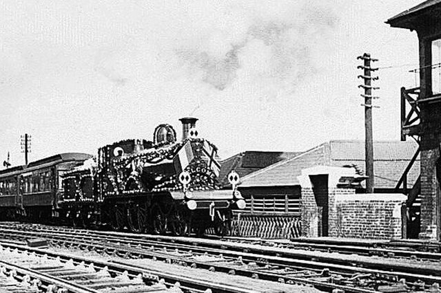 The French fleet visited Portsmouth from August 7 to 14, 1905. Supposedly here we see a train dressed overall for the occasion leaving Portsmouth Harbour station.