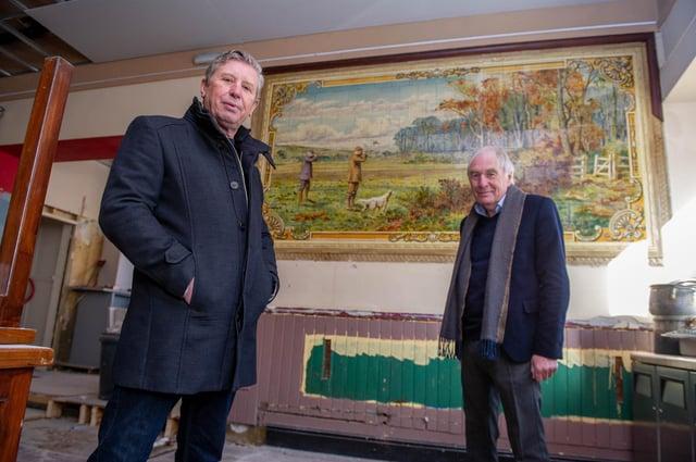 I proprietari di pub, Mick Forfer e Steve Kingsley prima delle storiche opere d'arte in piastrelle scoperte durante la ristrutturazione del luogo.  Immagine: Habibur Rahman